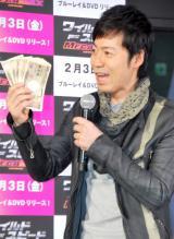 普段より多いお札で顔をあおぐTake2・東貴博 (C)ORICON DD inc.