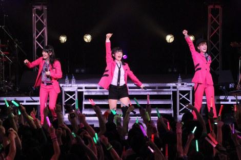 横浜BLITZ公演でファンを盛り上げるBuono!(写真左から:鈴木愛理、嗣永桃子、夏焼雅)