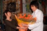 祝30歳! 瀧本美織からバラの花束を受け取り、笑顔の向井理