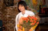 30本のバラの花束を受け取り、笑顔の向井理