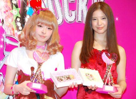 サムネイル 『ORICON Valentine Festa 2012』で初対面した吉高由里子(右)ときゃりーぱみゅぱみゅ (C)ORICON DD inc.