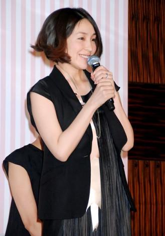 サムネイル 妊娠中でお腹ふっくら 笑顔で舞台あいさつに登壇した麻生久美子 (C)ORICON DD inc.