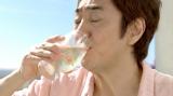 """『キリンワインカクテル ワインスプリッツァ 白』新CMで""""ダンディーなイメージ""""とは違う姿を披露している市村正親"""