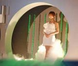 """映画『TIME/タイム』の""""カップル限定""""ジャパンプレミアに、総額3億5000万円のジュエリーを全身にまとい登場したAKB48の篠田麻里子 (C)ORICON DD inc."""