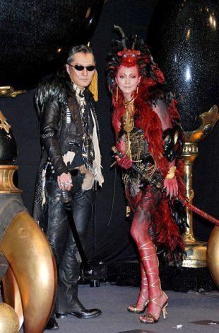 映画『ドラゴン・タトゥーの女』公開記念イベントで総額2000万円をかけたドラゴン衣装をお披露目した(左から)石井竜也、土屋アンナ (C)ORICON DD inc.
