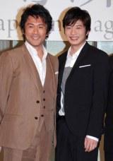 「後ろで手つなぐ?」とすっかりイイ感じの2人(左から内野聖陽、田中圭) (C)ORICON DD inc.