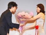 長谷川博己(左)に花束を手渡した松嶋菜々子 (C)ORICON DD inc.