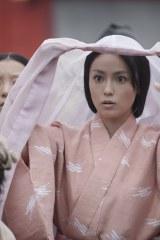 NHK大河ドラマ『平清盛』第6回(2月12日放送)に初登場する時子役の深田恭子。平氏の行列に清盛の姿を探すシーンより (C)NHK