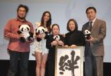 映画『51(ウーイー) 世界で一番小さく生まれたパンダ』初日舞台あいさつの模様 (左から)塩浜雅之監督、長谷川潤、金澤翔子さん、翔子さんのお母さま、駐日中国大使館 広報部 参事官・とう偉氏