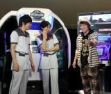 アーケードゲームに挑戦する田村淳(ロンドンブーツ1号2号/右)とインパルス・板倉俊之(中央)、ニブンノゴ!・森本英樹(左)