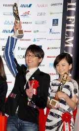 『第66回毎日映画コンクール』の男優主演賞を受賞し、トロフィーを掲げた森山未來(左) (C)ORICON DD inc.