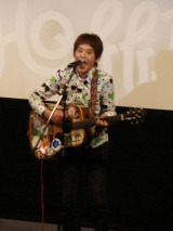 「僕のクロネコちゃん」を歌うホフディランのワタナベイビー
