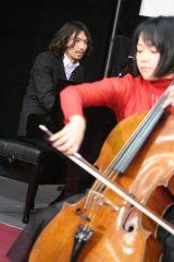 エドワード・エルガー作曲の「愛の挨拶」をピアノで披露したふかわりょう。手前はチェリストの遠藤真里 (C)ORICON DD inc.