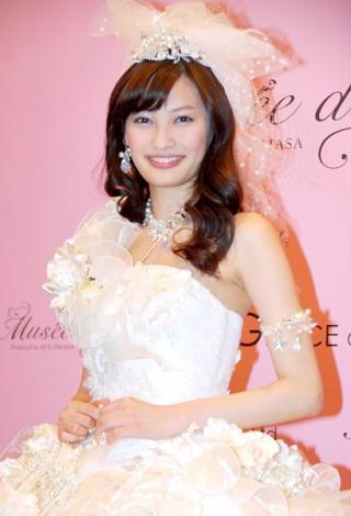 サムネイル 自身初プロデュースのドレスは「同年代の人に着てほしい」と赤西仁と電撃婚した黒木メイサにラブコールを送った大政絢 (C)ORICON DD inc.