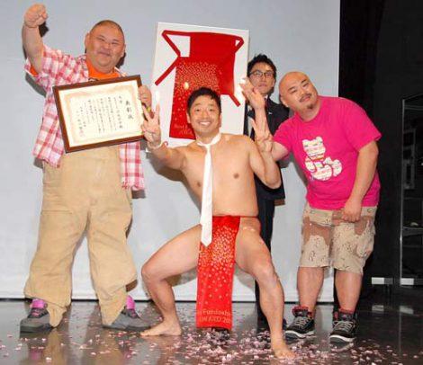 『第1回ベストフンドシストアワード2011』大賞を受賞し、ご機嫌の安田大サーカス・団長安田(中央) (C)ORICON DD inc.