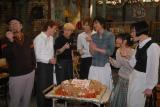特製チョコレートケーキに舌鼓を打つドラマ『ハングリ!』の出演者たち(C)関西テレビ