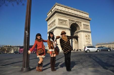 凱旋門前でパチリ(写真左から:嗣永桃子、鈴木愛理、夏焼雅)
