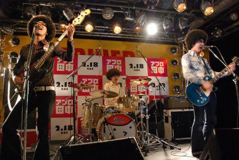 映画『アフロ田中』の公開記念イベントでライブを披露した鶴 (C)ORICON DD inc.