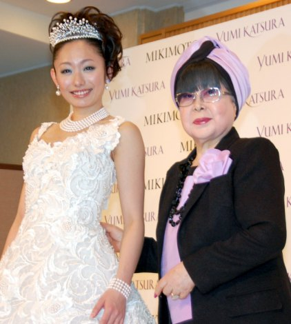 桂由美の新作ウエディングドレス『YUMI MARIEE Princess of Mikimoto Pearls』発表会に出席した安藤美姫と桂由美 (C)ORICON DD inc.