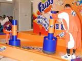 きゃりーぱみゅぱみゅ(左)と曙太郎が出席した、炭酸飲料『ファンタ』の新キャンペーン記念イベントの模様 (C)ORICON DD inc.