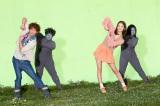 見分けがつかない!? 佐藤健と佐々木希の後ろで踊る渡辺直美と黒田愛子(最右)