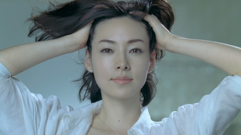 霧島れいかが出演する、美白ブランド『HAKU』(資生堂)の新CM「face up」篇(30秒)の1シーン