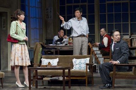 明石家さんま演じるスポーツ新聞の文化部長のものに、女優(相武紗季・左)とマネージャー(生瀬勝久・右)が恋愛スクープをもみ消そうと駆け込んでくるが…