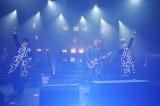 東京・NHKホールで結成15周年特別記念ライブを行った氣志團(中央はサプライズゲストの布袋寅泰)