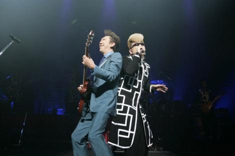 東京・NHKホールで結成15周年特別記念ライブを行った氣志團(右はサプライズゲストの布袋寅泰)
