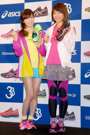 『ASICS STORE TOKYO』でトークショーを行った(左から)元AKB48・大島麻衣、高橋尚子 (C)ORICON DD inc.
