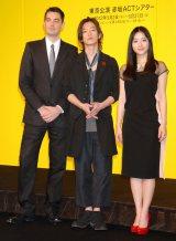 舞台『ロミオ&ジュリエット』製作発表会見に出席した(左から)演出家のジョナサン・マンビィ氏、佐藤健、石原さとみ (C)ORICON DD inc.