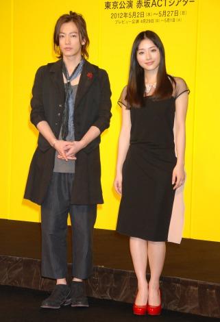 舞台『ロミオ&ジュリエット』製作発表会見に出席した(左から)佐藤健、石原さとみ (C)ORICON DD inc.