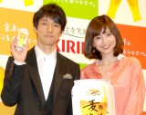 CMで夫婦役を演じた(左から)西島秀俊、片瀬那奈 (C)ORICON DD inc.