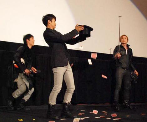 """シングル「JOKER」のプレミア上映会舞台あいさつで""""マジック""""を披露したD☆DATE 飛び出すトランプの中からジョーカーを刺すマジック (C)ORICON DD inc."""