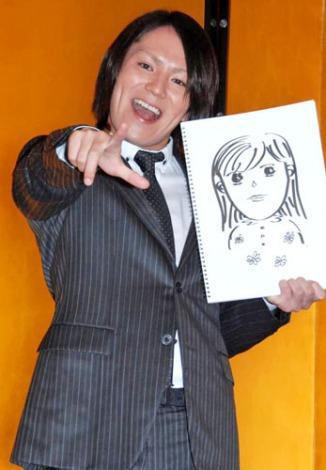 サムネイル 狩野英孝 (写真は、笑顔で婚約者・アツコさんの似顔絵を披露した婚約会見の模様) (C)ORICON DD inc.