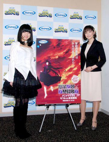 プロデビュー発表会見に出席した(左から)鈴木このみ、プロデューサーの畑亜貴 (C)ORICON DD inc.