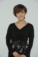 ドラマ『ステップファザー・ステップ』で女詐欺師・秋山ナオを演じている女優・平山あや