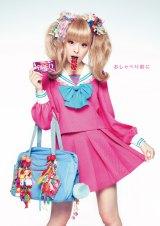 ショッキングピンクがキュートな「女子高生」