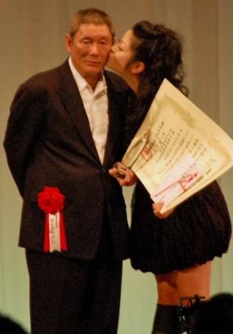 『第12回ビートたけしのエンターテインメント賞』カムバック賞の小向美奈子はビートたけし審査委員長のほほにキス