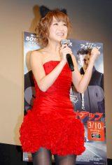 映画『セットアップ』の公開記念試写会トークショーでハイテンションであいさつした鈴木奈々 (C)ORICON DD inc.