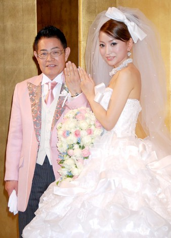 サムネイル 披露宴前に2ショット会見を行った加藤茶&綾菜夫人(指輪は婚約と結婚指輪2つ着用) (C)ORICON DD inc.