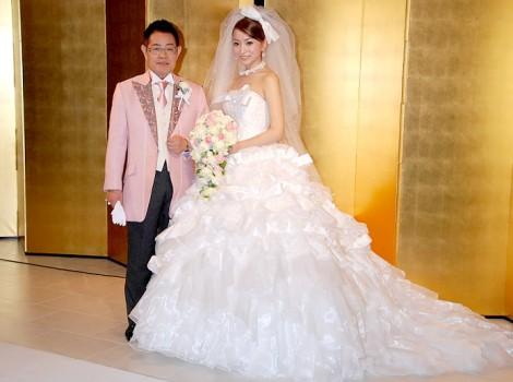 埼玉・北越谷で挙式し、披露宴前に2ショット会見を行った加藤茶&綾菜夫人(指輪は婚約と結婚指輪2つ着用) (C)ORICON DD inc.