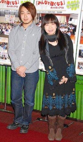 東日本大震災復興応援プロジェクト『みんなで強くなる』チャリティコンサートの公演前にインタビューに応じた、イルカ(右)・神部冬馬親子 (C)ORICON DD inc.