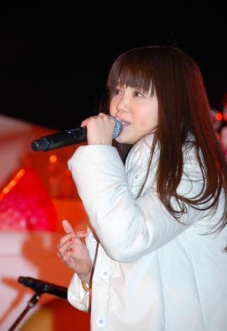 新曲「KISS KISS BANG BANG」とヒット曲「歩いていこう」を熱唱した吉岡聖恵 (C)ORICON DD inc.