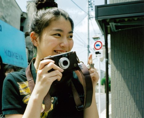 サムネイル カメラを手に楽しそうに街を散策する成海璃子
