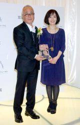 『第7回渡辺晋賞』を受賞した(左から)大里洋吉会長と花束ゲストの富田靖子 (C)ORICON DD inc.