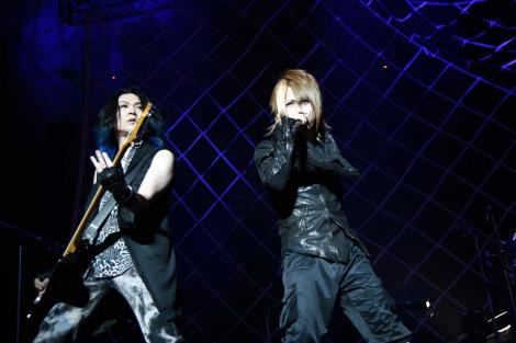 エイベックス移籍後初の武道館公演を行ったナイトメアのボーカル・YOMIとベースのNi〜ya