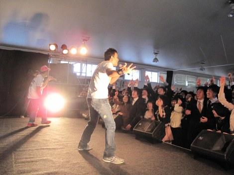 恒例の卒業式応援サプライズライブを三重県立津西高等学校で行ったFUNKY MONKEY BABYS