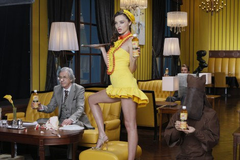 サムネイル 抜群のプロポーションと美脚を披露するミランダ・カー