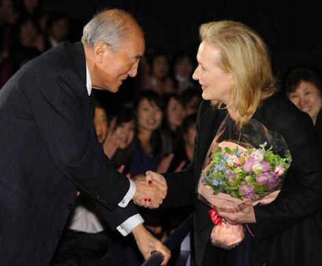 中曽根康弘元首相(左)が鑑賞のため来場、サッチャーを演じたメリル・ストリープと握手を交わした